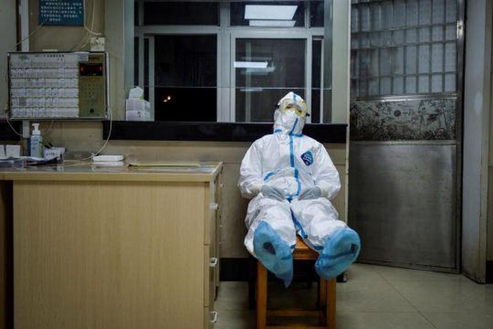 Một nhân viên y tế tranh thủ nghỉ ngơi