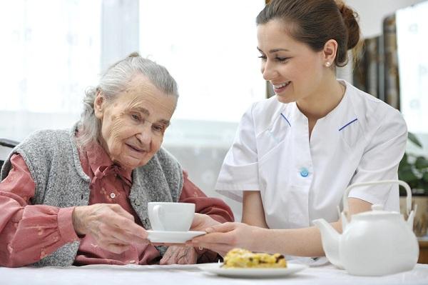 Nghề Điều dưỡng viên tại nhà là gì và cơ hội việc làm như thế nào?