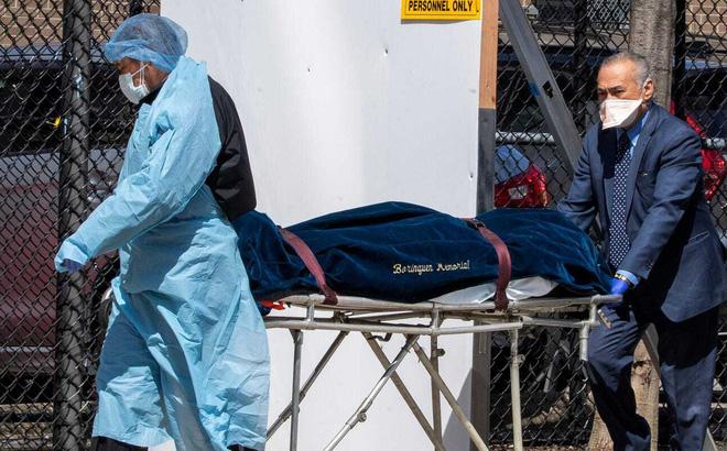 Nhân viên Trung tâm Y tế Wycoff Heights vận chuyển một xác chết ngày 1/4/2020 tại New York. Ảnh: AP